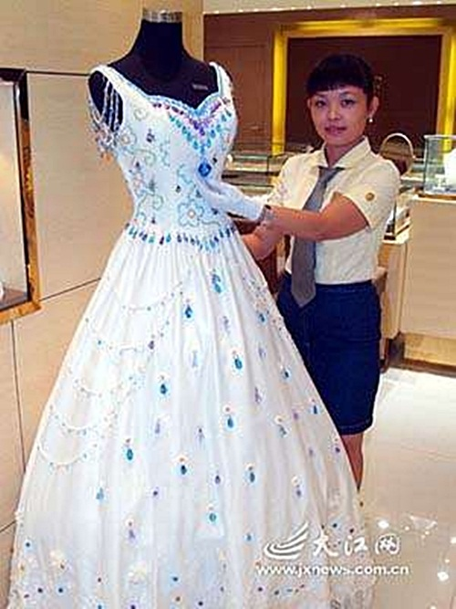 Top 10 Most Expensive and Amazing Wedding Dresses in the ...